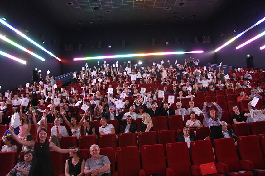 La òla im Cinespace Multiplex Kino: Die Auszubildenden Sommer 2017 jubeln mit ihren Zeugnissen – eine imposante Kulisse.